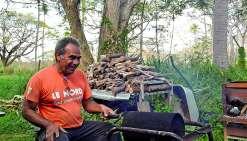 Tous les vendredis matin, José Kabar torréfie le café devant les visiteurs de l'écomusée. Photo K.M.