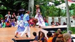 Du prêt-à-porter pour hommes, femmes ou enfants, des tenues traditionnelles, des robes mission réinventées, des costumes de scène, de danse et de théâtre, de l'art porté, des robes de mariée ou encore de la haute couture… Plus de 150 modèles originaux cré