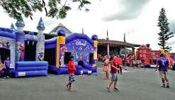 Autour de la mairie, l'équipe de KidsGonflableParty a marqué le coup cette année avec quatre nouveaux châteaux gonflables. Notamment la licorne, qui a eu du succès auprès des petits, mais aussi des plus grands. Trois cents jeunes, âgés de 18 mois à 12 ans
