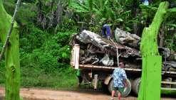 Les véhicules hors d'usage chargés sur un camion ont pris la direction d'une entreprise nouméenne spécialisée dans le traitement de ce type de déchets. Photo N.B.