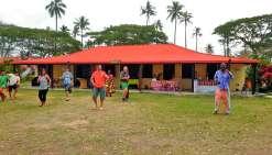 Du don de plants de cacao aux visiteurs, à la dégustation de chocolat, de  la préparation de la fameuse soupe aux pois d\'Angole (bona) et d\'une tisane du jardin, en passant par (ici, sur la photo) un cours  de fitness Bélé (préparation physique pour tou