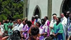 Toute l'île s'est réunie autour du père Gidrol, 86 ans (à droite sur la photo). Photos DR