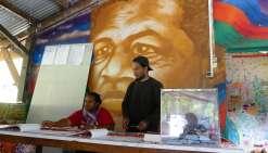 A Tiendanite, le bureau de vote est installé dans la maison commune, décorée, entre autres, d'un portrait de Jean-Marie Tjibaou. « On a fait les choses bien, il y a un isoloir, rigole Jean-Philippe Tjibaou, son fils. Je crois que c\'est la première fois,