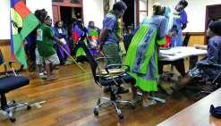 A Thio (notre photo) comme à Yaté, les électeurs ont suivi le dépouillement en mairie. Photos G.R.