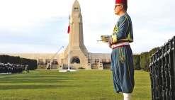 Un musicien, qui a revêtu l'uniforme des zouaves, le 6 novembre à l\'Ossuaire de Douaumont.Photo AFP