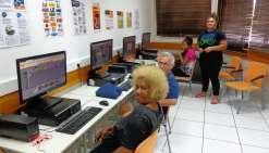 Les stagiaires travaillent sur les postes de l\'espace informatique sous l'œil attentif de Vahinery Nehiti.Photo E.J.