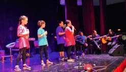 Tous les chanteurs et musiciens se sont produits sur la scène du centre socioculturel. Photo E.J.