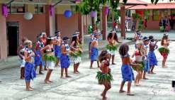 Les enfants de chaque classe ont dansé et chanté sur des morceaux de musique différents en portant les costumes qu'ils ont eux-mêmes confectionnés.
