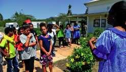 Après le geste coutumier, le personnel de l'association Poa boa Vi Thilia, qui gère le centre culturel Pomémie, a fait faire le tour du propriétaire aux visiteurs. L'histoire de la maison Caujolle (à droite), qui abrite aujourd'hui l'espace administratif