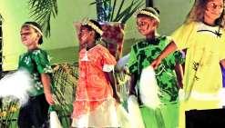 Les écoliers ont présenté des chants et des danses avec pour thème le voyage du papillon bleu. Les spectateurs ont fait ainsi un tour du monde sans quitter les gradins.