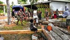 Des bois qui serviront à édifier la future maison commune ont été préparés par les militaires assistés de quelques jeunes Kunié.Photos Rimap