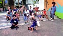 Les jeunes vacanciers ont pris possession du centre socioculturel pour les vacances et Shane a fait une première démonstration de hip-hop.Photo E.J.