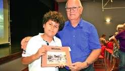 Yves Rieu a remis le dernier livre à son petit-fils. Photo N.B.