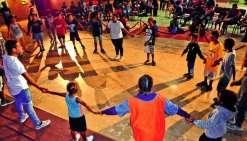 Les jeunes vacanciers du centre aéré étaient heureux de présenter au public quelques figures de hip-hop, qu'ils ont apprises au cours  de la première partie de semaine de vacances passée avec Raïssa, l\'animatrice. Simane a préparé les jeunes vacanciers p