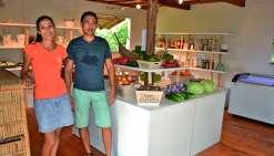 L'épicerie qu'Aurélie Faure et Johan François ont ouverte sur Poé est approvisionnée aussi bien en fruits et légumes frais qu'en produits locaux et artisanaux. Photo N.B.