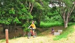 Le slalom à vélo a permis de se familiariser avec les virages serrés, les demi-tours, la priorité à droite… Photo K. B.