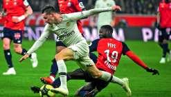 Nicolas Pépé (à droite) a été dans tous les bons coups face à des Parisiens bringuebalés puis corrigés. Photo AFP