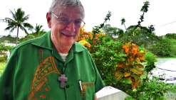 Monseigneur Calvet aura, en cette Semaine sainte, une pensée particulière pour les pompiers qui ont limité l'ampleur du désastre.  Photo : A.T.