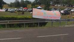 Sans bloquer la circulation, plus de 200 personnes se sont réunies au rond-point de la province Nord.  Photo K.M.