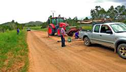 Le propriétaire, M. Siban, entend récupérer son terrain en plaçant une barrière en travers de la route. Photo E.J.
