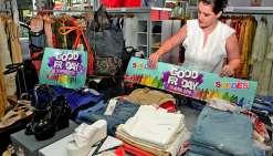 Au centre-ville de Nouméa, les commerçants se préparent à recevoir la clientèle des soldes « Good Friday », vendredi.Photo Thierry Perron