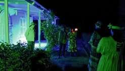 Les participants ont été invités à suivre le guide à la lueur de petites lumières, pour rejoindre le grand bois noir… dans le noir. Sur place, une vidéo  et des chants ont été proposés. Après un tour de jardin, le groupe a retrouvé la maison Caujole où l'