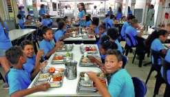 Les collégiens ont, aujourd'hui, plaisir à manger à la cantine de l'internat provincial.Photos E.J.