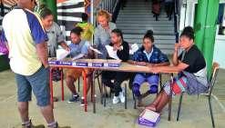 Un bureau d'accueil improvisé a permis à des élèves de seconde et de première de fournir les premiers renseignements. Photo C.O.