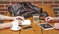 Il y aurait 500 fois plus de bactéries sur notre téléphone portable que sur le siège des toilettes !Photo DR