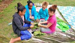 Les filles ont choisi la vannerie traditionnelle et ont décidé de faire des paniers. Mais avant cela, il faut couper les palmes de cocotier, puis les laisser entre une demi-heure et une heure au soleil pour qu'elles ne soient plus cassantes. Il faut ensui