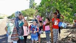 Michèle, Christine et Juliette ont présenté aux enfants l'association Nixûmwâk Environnement et leur ont fait découvrir le sentier dans la mangrove, dénommé Boa Délec et inauguré le mois dernier.
