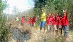 Accompagnés par leur conseiller principal d'éducation, Charles Kawa, les élèves du collège public de la Colline ont planté dix pins colonnaires en souvenir de cette première journée d'immersion.