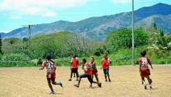 Tous les matchs de rugby se sont déroulés sur le stade municipal situé au centre du village, à l'image de celui des provinces Sud et Iles (notre photo). Sur le terrain, les filles se sont données à fond tout en faisant preuve de beaucoup de fair-play.
