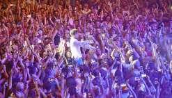Mika n'a pas hésité à offrir au public un vrai bain de foule. Au premier rang, un fan-club, banderoles à l'appui, a accueilli comme il se doit l'artiste capable de couvrir trois octaves et demie.« Ça fait six mois que nous sommes en tournée. Habituellemen