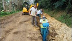 Les équipes d\'Harold Blancher, ici à l\'ouvrage à Nimbayes, en train de reboucher la tranchée après la pose d\'un tronçon de la nouvelle conduite d\'eau.