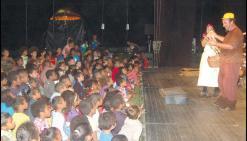 Le contact est bien passé entre les comédiens du Chapitô et les enfants de Ponérihouen.