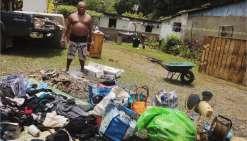 Mardi, une semaine après la dépression, les habitants continuaient de sécher et de trier leurs affaires au soleil.