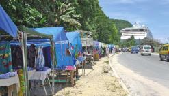 Dès l\'arrivée des bateaux dans le port, les taxis et chauffeurs de minibus se livrent une véritable guerre pour la prise en charge des touristes.
