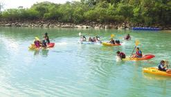 Les enfants s'amusent sur l'eau pendant les vacances