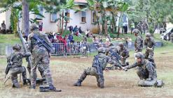 Les militaires ouvrent les portes du camp de Plum