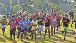Ils courent, ils courent les élèves des trois collèges de Maré…