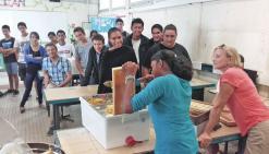 Lycée Jules-Garnier, mai 2016. Après la récolte, les élèves ont mis leur miel en pot. Une matinée de dégustation aura prochainement lieu au lycée.  Le produit des ventes participera au financement d\'un voyage scolaire.