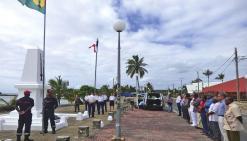 Les deux drapeaux levés pour le 14-Juillet