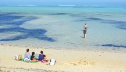Le retour frileux des baigneurs à la plage de Poé