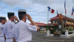 Les militaires saluent le guerrier kanak de Kon