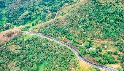 Un véhicule fait une sortie de route au col de la Pirogue