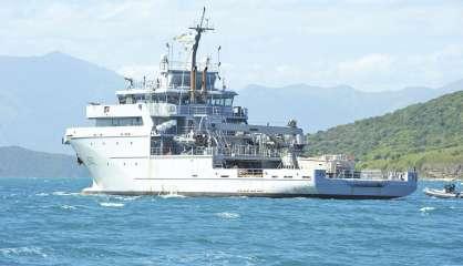 Lifting pour le D'Entrecasteaux dans le port de Papeete