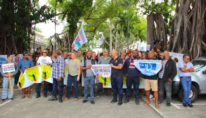 Mobilisation d'une intersyndicale de la police nationale devant le commissariat de Nouméa