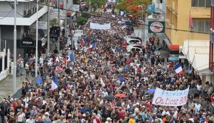 Des milliers de Calédoniens défilent dans les rues de Nouméa