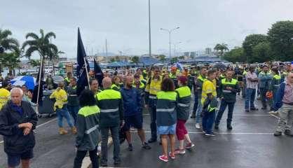 Les salariés de la SLN manifestent devant le gouvernement